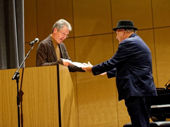 Dr. Ulrich Adolphs, stv. Leiter der Kulturabteilung Hessisches Ministerium für Wissenschaft und Kunst (HMWK) (links), Tony Lakatos (rechts)